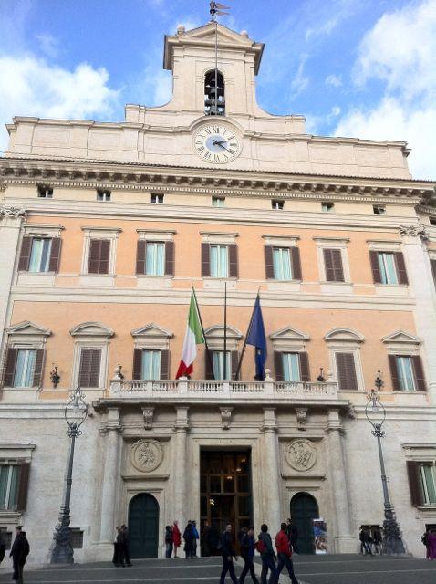 Palazzo montecitorio sede del parlamento italiano for Storia del parlamento italiano